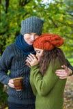 Le couple dans l'amour boit du café Photographie stock libre de droits