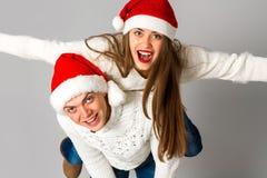Le couple dans l'amour célèbre Noël dans le chapeau de Santa Images stock