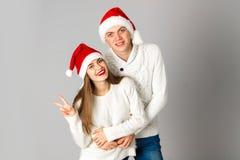 Le couple dans l'amour célèbre Noël dans le chapeau de Santa Photographie stock libre de droits