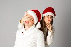 Le couple dans l'amour célèbre Noël dans le chapeau de Santa Photo libre de droits