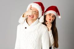 Le couple dans l'amour célèbre Noël dans le chapeau de Santa Photos libres de droits