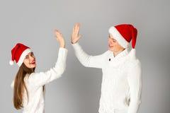 Le couple dans l'amour célèbre Noël dans le chapeau de Santa Image libre de droits