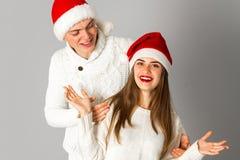 Le couple dans l'amour célèbre Noël dans le chapeau de Santa Images libres de droits