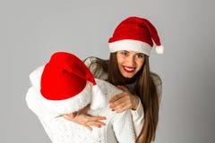 Le couple dans l'amour célèbre Noël dans le chapeau de Santa Photos stock