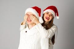 Le couple dans l'amour célèbre Noël dans le chapeau de Santa Photographie stock