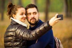 Le couple dans l'amour en automne fait le selfie Photo libre de droits
