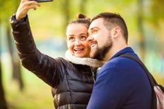 Le couple dans l'amour en automne fait le selfie Images libres de droits