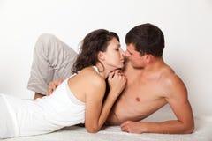 Le couple dans l'amour et regarde l'un l'autre Photos libres de droits