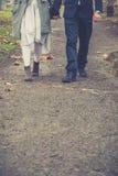 Le couple dans l'amour marchant et se tenant remet l'espace de copie Images stock