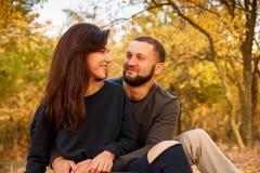 Le couple dans l'amour se reposant l'automne tombé part Photos stock