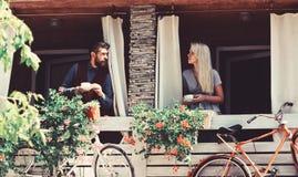Le couple dans l'amour tient des tasses de café dehors image stock