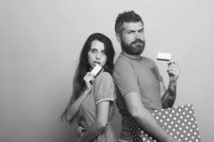 Le couple dans l'amour tient la boîte montrant des cartes de crédit Images libres de droits