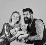 Le couple dans l'amour tient le tas du nounours concerne le rose Concept de charité et d'amour Photographie stock