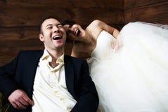 Le couple dans leur mariage vêtx de rire de grange Photos stock