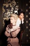 Le couple dans un old-fashioned costume la pose Image stock
