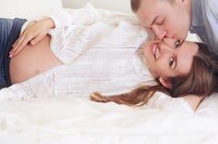 Le couple de famille apprécie un moment de peacefull attendant un bébé Photographie stock