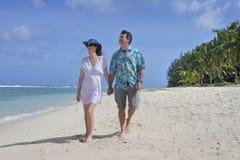 Le couple de lune de miel marche sur une plage tropicale de l'île du Pacifique dans le RAR Image libre de droits