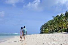 Le couple de lune de miel marche sur une plage tropicale de l'île du Pacifique dans le RAR Photographie stock libre de droits