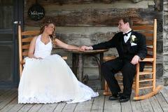 Le couple de mariage regardant dans chaque autres observe. Photographie stock libre de droits