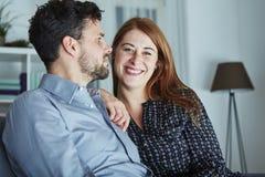 Le couple de Noël est heureux et rire Photographie stock libre de droits