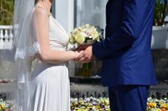 Le couple de nouveaux mariés tient un beau bouquet de mariage Photographie classique de mariage, symbolisant l'unité, l'amour et  Images libres de droits