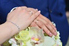Le couple de nouveaux mariés tient un beau bouquet de mariage Photographie classique de mariage, symbolisant l'unité, l'amour et  Photo stock