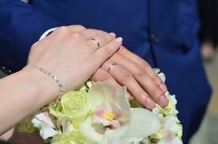 Le couple de nouveaux mariés tient un beau bouquet de mariage Photographie classique de mariage, symbolisant l'unité, l'amour et  Photographie stock libre de droits