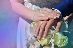 Le couple de nouveaux mariés tient un beau bouquet de mariage Photographie classique de mariage, symbolisant l'unité, l'amour et  Images stock
