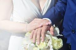 Le couple de nouveaux mariés tient un beau bouquet de mariage Photographie classique de mariage, symbolisant l'unité, l'amour et  Image stock