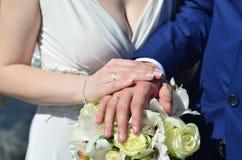 Le couple de nouveaux mariés tient un beau bouquet de mariage Photographie classique de mariage, symbolisant l'unité, l'amour et  Photos libres de droits