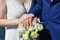Le couple de nouveaux mariés tient un beau bouquet de mariage Photographie classique de mariage, symbolisant l'unité, l'amour et  Photographie stock