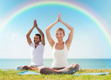 Le couple de sourire faisant le yoga s'exerce dehors Photos libres de droits