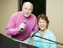 Le couple doué chante le duet Images stock