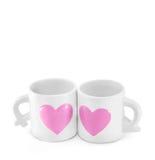 Le couple doux met en forme de tasse de belles tasses en céramique blanches pour des amants Photo stock
