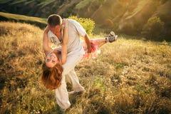 Le couple drôle dupe sur la pente du ravin Images stock