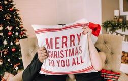 Le couple embrasse Noël d'inscription d'oreiller de décor le Joyeux photographie stock