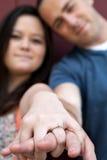 Le couple engagé affiche la boucle de diamant Image libre de droits