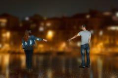 Le couple envoyé arme entre eux dans la ville de nuit Images stock