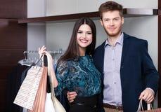 Le couple est dans le centre commercial Images stock