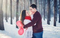 Le couple est embrassant et tenant le groupe de ballons Images libres de droits