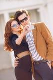 Le couple est photographié avec le smartphone dans la ville Photos stock