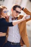 Le couple est photographié avec le smartphone dans la ville Image libre de droits