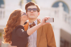 Le couple est photographié avec le smartphone dans la ville Images stock