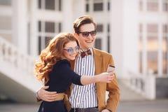 Le couple est photographié avec le smartphone dans la ville Photo stock