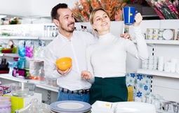 Le couple examine des tasses et des tasses Images stock