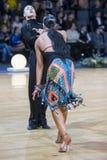 Le couple expressif de danse exécute le programme latino-américain de la jeunesse image libre de droits