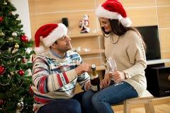 Le couple félicite la nouvelle année images libres de droits