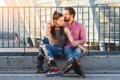 Le couple fait du roller dessus se reposer Photos libres de droits