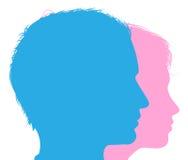 Le couple fait face à des silhouettes Photos stock