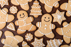 Le couple fait maison de pain d'épice de Noël, sapins, tient le premier rôle des biscuits au-dessus de fond en bois Images libres de droits